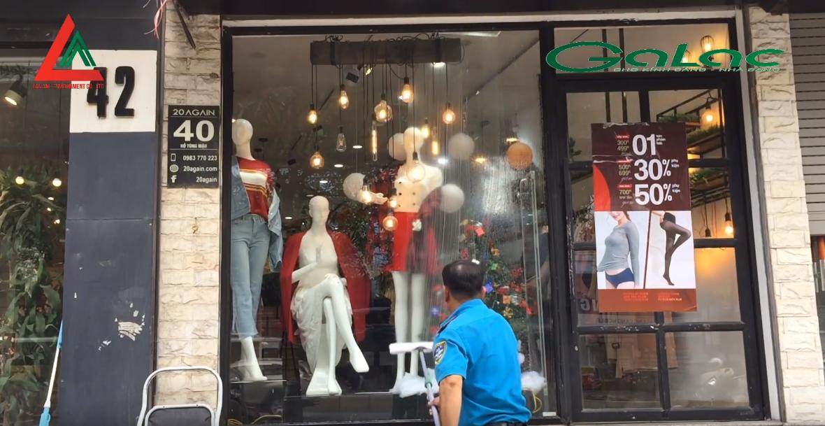 Lau cửa kính cửa hàng thời trang sáng sạch, nhanh chóng