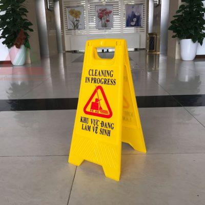 Biển báo khu vực đang làm vệ sinh