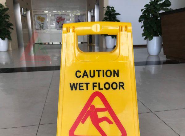 Biển báo sàn trơn trượt
