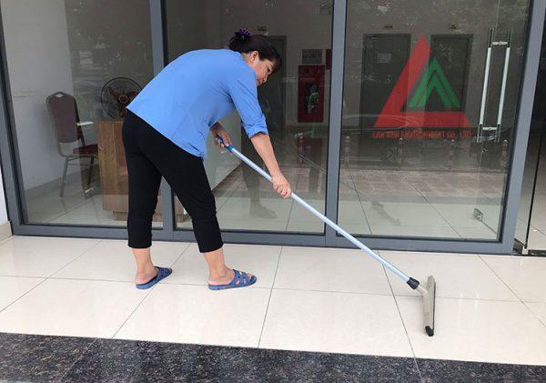Gạt nước sàn nhà nhanh sạch