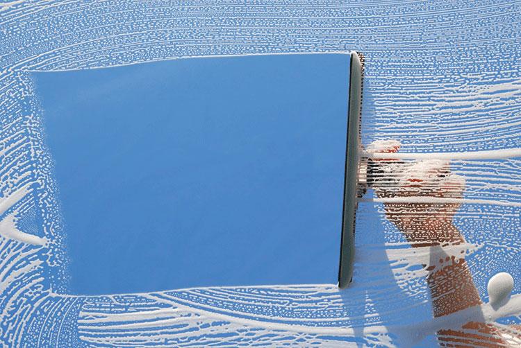 Gạt sạch nước bẩn trên cửa kính
